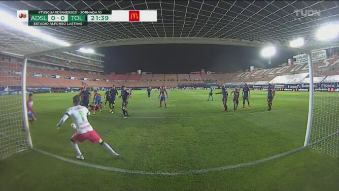 ¡Casi anota Nicolás Ibáñez! Saldívar le quitó el gol