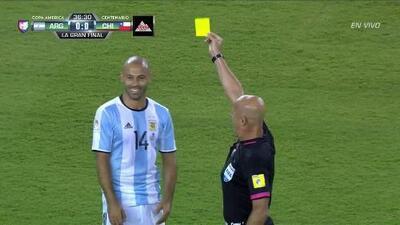 Tarjeta amarilla. El árbitro amonesta a Javier Mascherano de Argentina