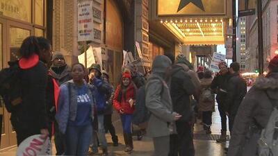 Camareras de un hotel protestan en las calles de Chicago exigiendo mejores condiciones laborales
