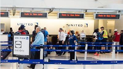 Los vuelos cancelados y retrasados en el aeropuerto de Houston por el mal tiempo empiezan a normalizarse