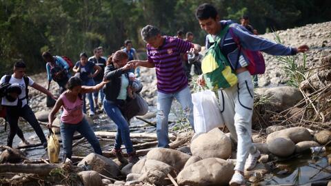 Miles de venezolanos arriesgan su vida al cruzar la frontera hacia Colombia en busca de comida y medicina