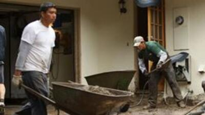 Residentes de La Ca?ada Flintridge en Los Angeles regresan a casas cubiertas de lodo