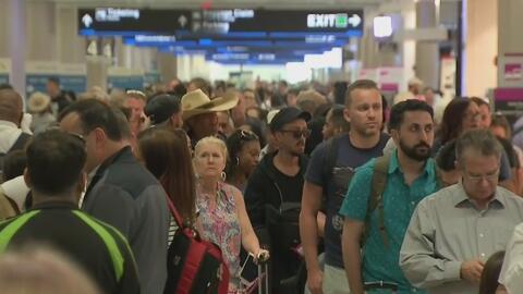 Decenas de personas permanecen varadas en el Aeropuerto Internacional de Miami debido a la cancelación de vuelos