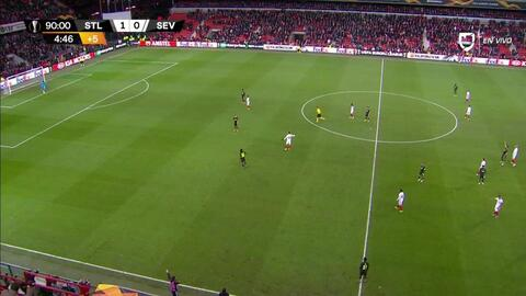 Tarjeta amarilla. El árbitro amonesta a Guillermo Ochoa de Standard Liège