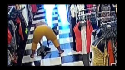 Roba ropa de una tienda y después baila 'twerking' en los pasillos (Video)