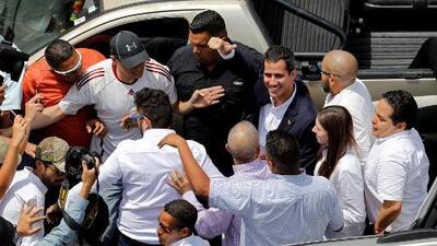 Juan Guaidó, el presidente interino de Venezuela, llega en caravana a Caracas desafiando al régimen de Nicolás Maduro