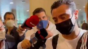 Xavi aterriza en Barcelona y niega contactos con Joan Laporta