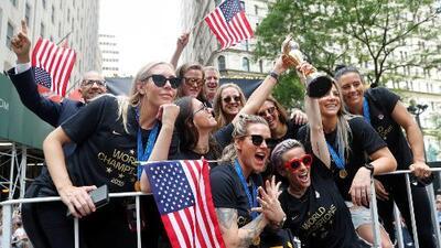 Miles de personas acompañan a la selección femenina de fútbol de EEUU en un desfile que se tomó las calles de Nueva York