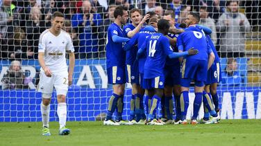 Leicester se acerca un paso más al título al golear al Swansea