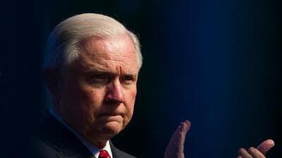 """Sessions elimina la regla que otorgaba a refugiados y asilados """"permiso indefinido para trabajar"""""""