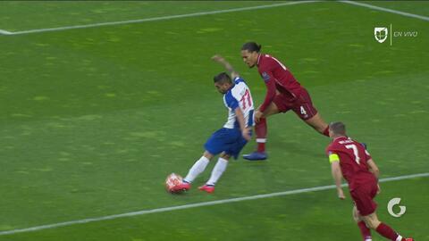 Tecatito sacó una ráfaga que casi era el 1-0 del Porto al Liverpool