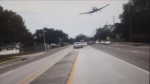 En video: Una avioneta aterriza de emergencia en medio de una carretera de Florida