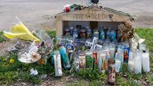 Con flores y veladoras, la comunidad hispana de Chicago pide justicia por la muerte de Adam Toledo