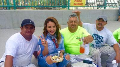 'La Bronca' comparte su hora de almuerzo al lado de los albañiles
