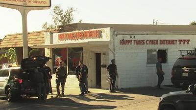 Arrestan a más de 50 personas durante una redada en un café internet en Santa Ana