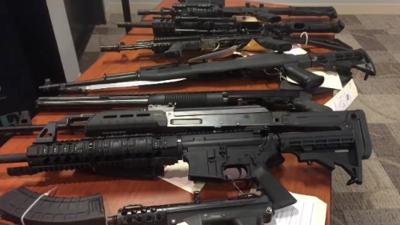Arrestan a pandilleros que alteraban para su venta rifles de asalto AR-15 y AK-47