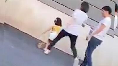 (Video) Mujer patea a su hija de 3 años por no querer posar en una foto