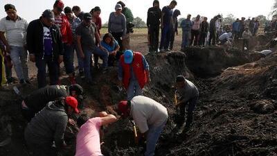 Familiares de víctimas de la explosión de un ducto de gasolina en México buscan desesperados información sobre sus seres queridos