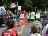Protestan contra la violencia con armas frente a fábrica Smith & Wesson en Massachusetts
