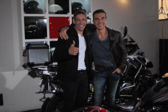 Johnny se subió en la moto de Adrián Uribe