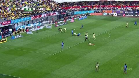 Edson Álvarez despeja el balón y aleja el peligro