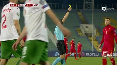Tarjeta amarilla. El árbitro amonesta a Aleksandar Boljevic de Montenegro