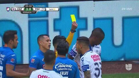 Tarjeta amarilla. El árbitro amonesta a Ismael Sosa de Pachuca