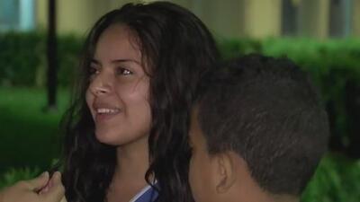 Adolescente salva a una desconocida y a su hijo de morir ahogados en Virginia Key: ahora él está grave