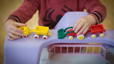 Oficial que fue desamparado de niño, ahora recolecta juguetes para donar a niños sin hogar
