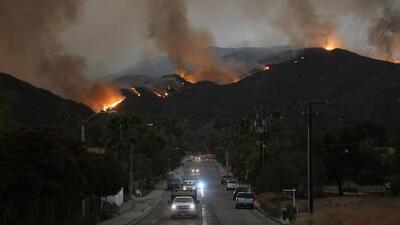 Gobernador de California declara estado de emergencia en dos condados por el incendio Holy