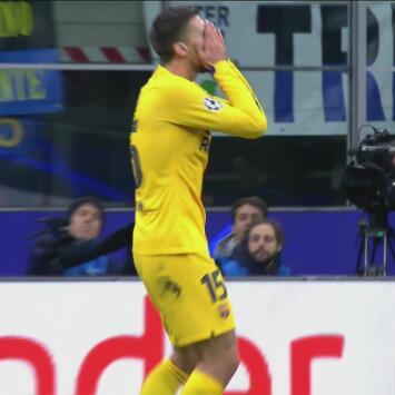 ¡No lo puedo creer! Lenglet perdona al Inter al mandar la pelota por el costado