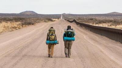Solas, sin armas y sin hablar español caminaron las casi 2,000 millas de la frontera entre EEUU y México