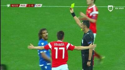 Tarjeta amarilla. El árbitro amonesta a Renato Margaça de Cyprus