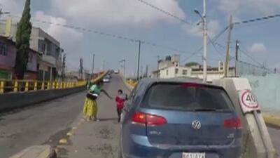Atropellan a un niño que se soltó de la mano de su abuela al cruzar la calle en México
