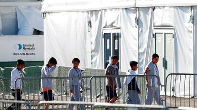 """El vicepresidente Pence reconoce que las condiciones en centros de detención de migrantes """"son inaceptables"""" y pide al Congreso actuar"""