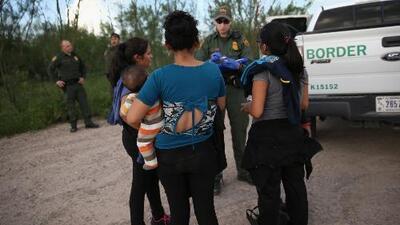 Un número récord de familias y menores indocumentados han cruzado la frontera, según autoridades fronterizas