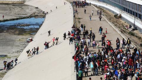 Caos en la frontera con Tijuana: Cientos de migrantes centroamericanos intentan cruzar a la fuerza a EEUU