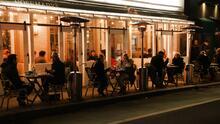 """""""Es difícil encontrar empleados"""": negocios en Nueva York se preparan para abrir a su máxima capacidad"""