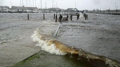 Habitantes de Wilmington, Carolina del Norte, empiezan a sentir los primeros estragos del huracán Florence