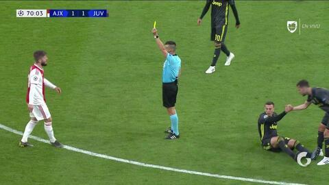 Tarjeta amarilla. El árbitro amonesta a Lasse Schöne de Ajax