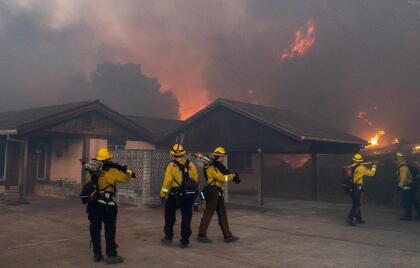 Más de 100 equipos de bomberos han sido desplegados en distintos frentes para sofocar las llamas, sin embargo, el terreno sinuoso dificulta el acceso de los brigadistas.