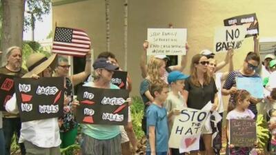 Protestan frente a la oficina del senador Marco Rubio para exigir el cierre de centros de detención en Florida