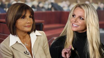 Britney Spears sale descalza de la corte donde sus padres discutirían su tutela