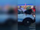 Video viral muestra a patrulla de policía de Detroit cuando embiste a multitud de manifestantes