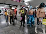 Mascarillas a la fuerza: luchadores reparten cubrebocas en el metro de México