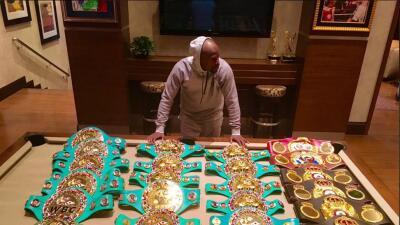 Floyd Mayweather Jr presumió sus 23 cinturones