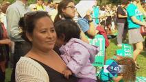 Papa toca corazón de latinos en Washington
