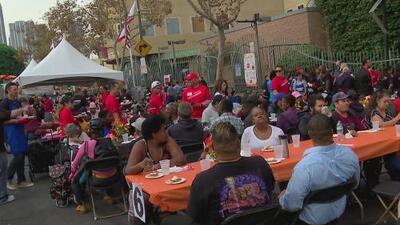 Gracias a Misión de Los Ángeles, familias menos favorecidas disfrutaron de una cena por motivo del Día de Acción Gracias