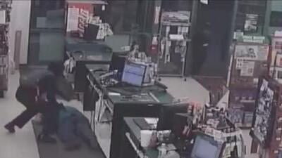 Ofrecen 5,000 dólares de recompensa por identificar a dos violentos sospechosos de atracar una tienda en Houston