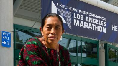Esta abuela guatemalteca se convirtió en la sensación de la maratón de Los Ángeles al correrla con sandalias y traje típico